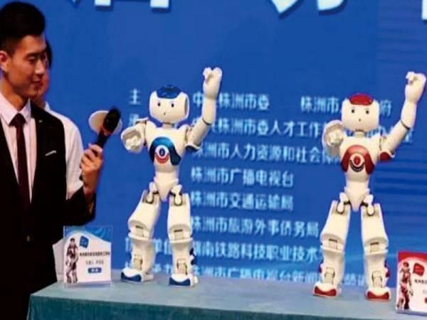"""我校机器人形象大使""""南南""""""""方方""""参与录制电视节目。"""