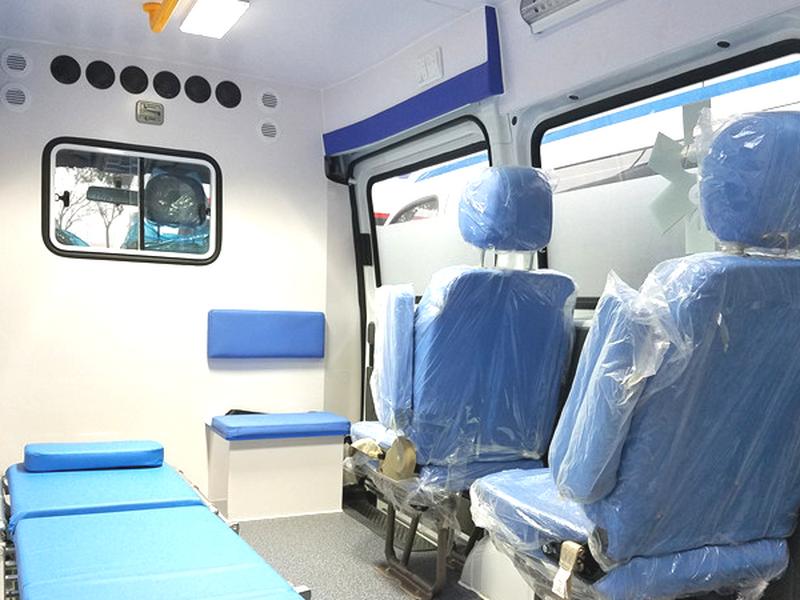 上汽大通Ⅴ80短轴中顶柴油监护型救护车