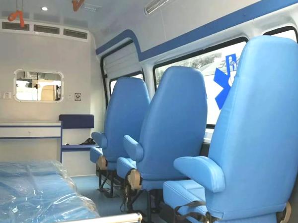 江铃特顺长轴高顶监护型柴油救护车