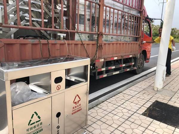株洲天元区大道采用湖南艾仑双分类不锈钢垃圾桶&悬挂烟灰柱
