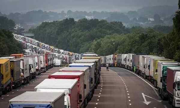 英国成孤岛,卡车排队数英里,法国切断港口联系,多国家关闭与英国的边境