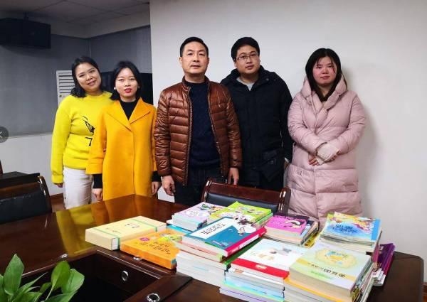 """""""放飞爱心""""图书捐赠志愿者活动"""