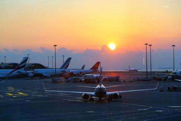 香港机场货物装机前起火,2020年全球电商总销售额激增27.6%