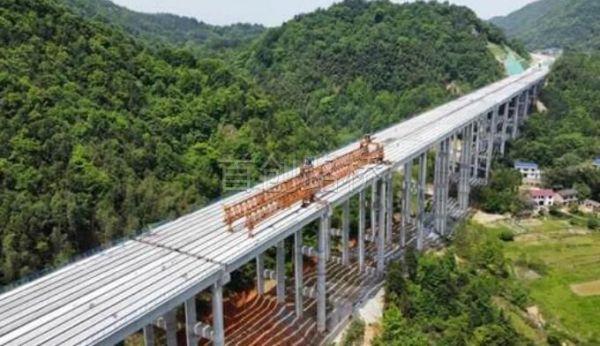 平益高速荷包洲特大桥提前两个月架通
